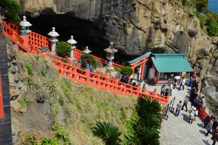 Inseguendo i sakura, santuario di Udo Jingū: scendendo la scala bordata con una staccionata rossa, si accede all grotta che ospita il cuore del santuario